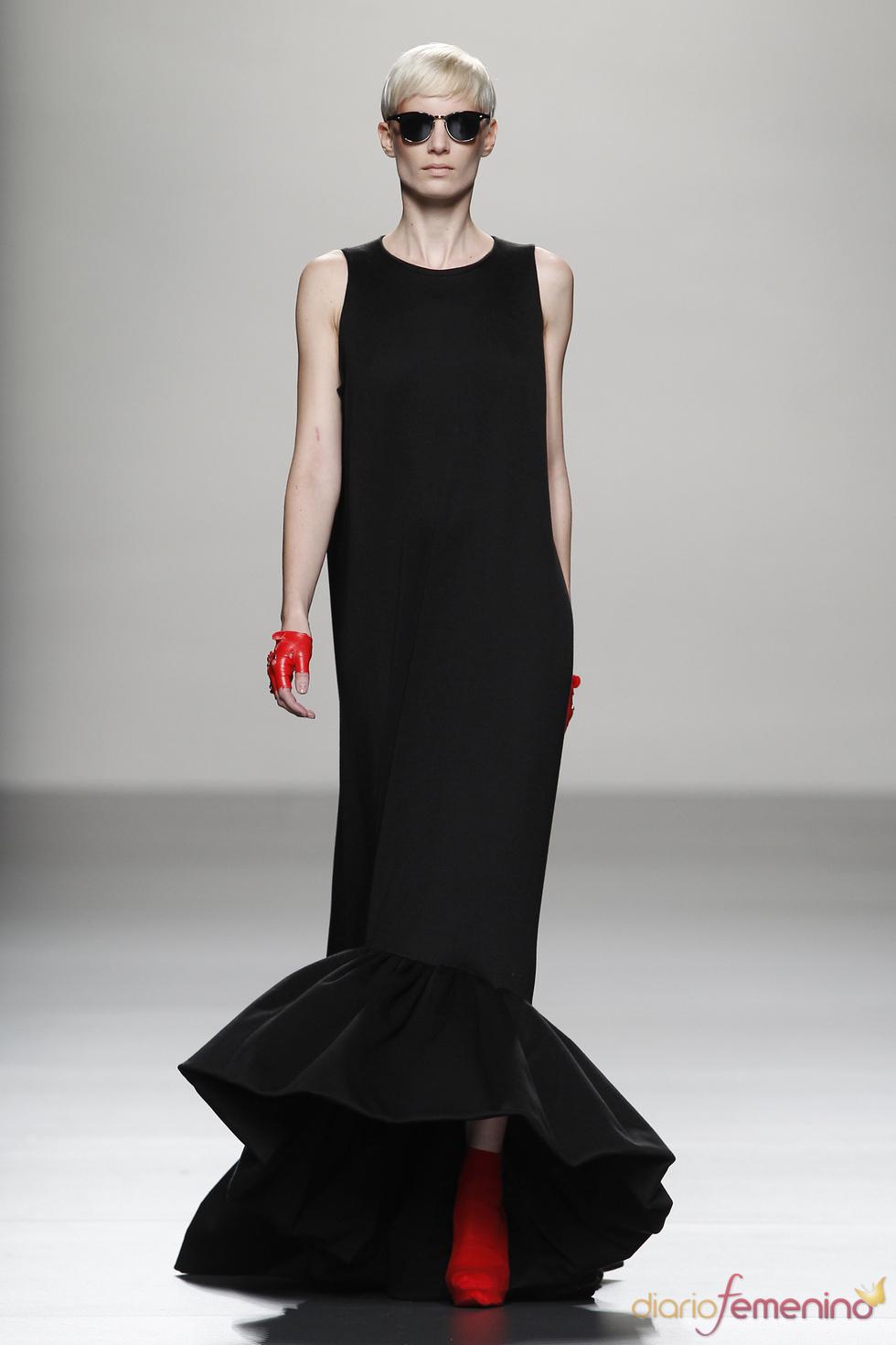 Vestido largo negro lápiz con volantes inferiores de Juana Martín