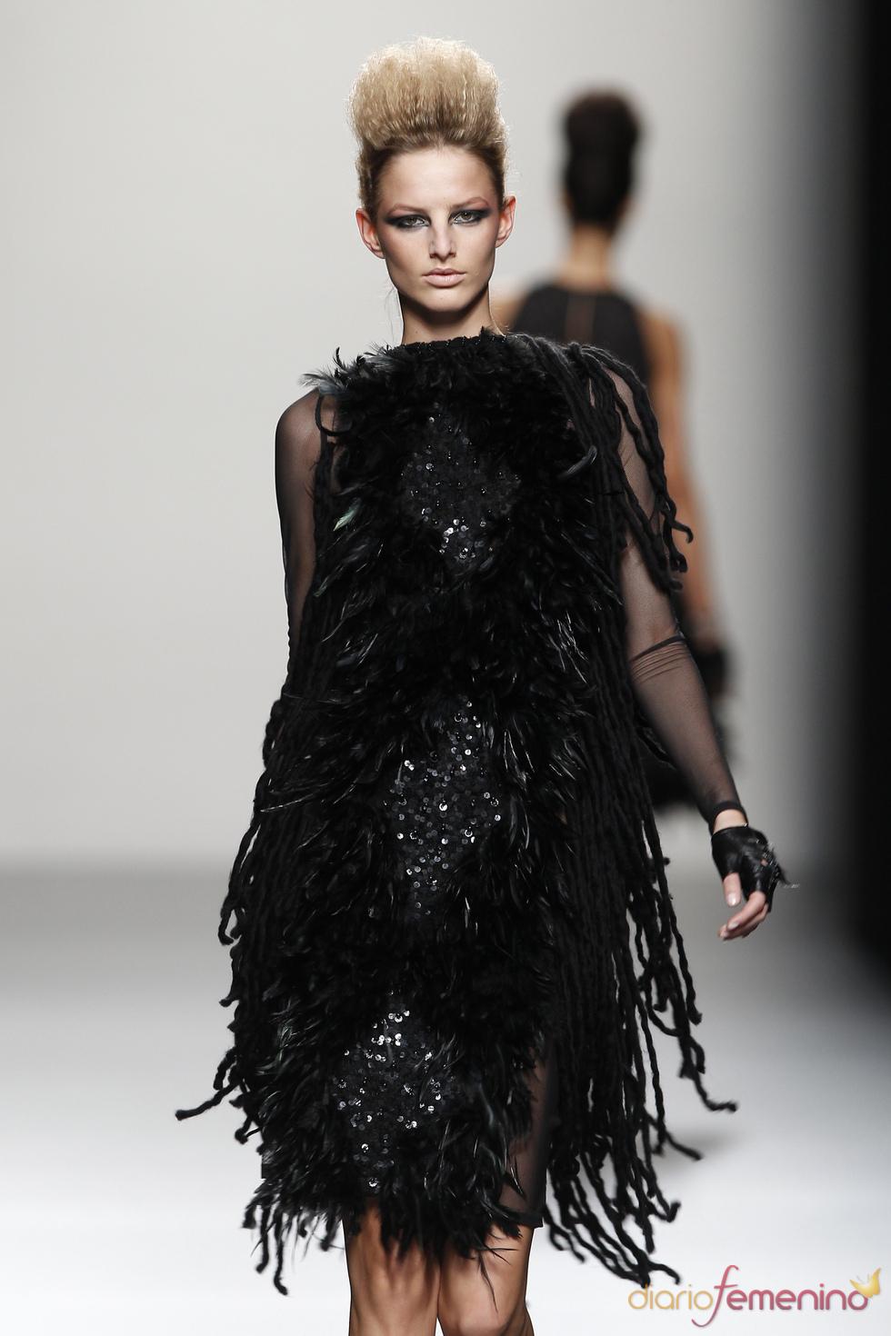 Vestido pomposo de plumas, una propuesta de Juana Martín