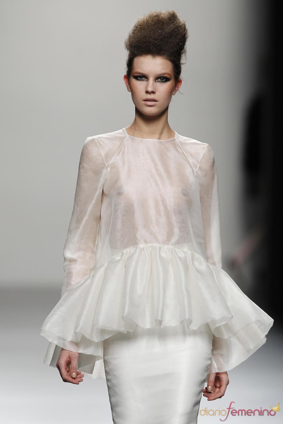 Vestido blanco de seda con vuelo, propuesta de Juana Martín