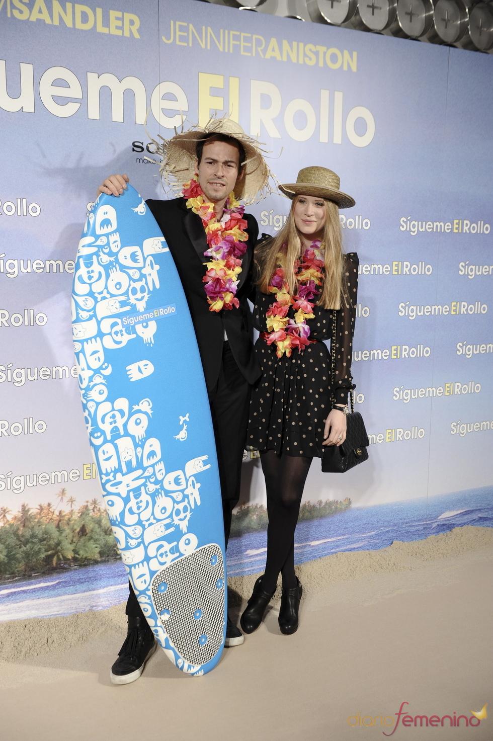 Olfo Bosé y su novia Katerina Strygina en la premier de 'Sígueme el rollo'