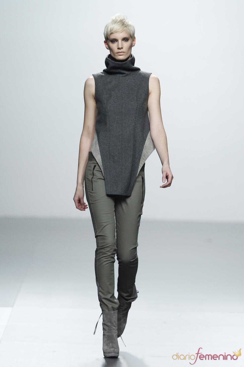 Conjunto gris con pantalón verde. Sala Coleman. Cibeles Madrid Fashion Week 2011