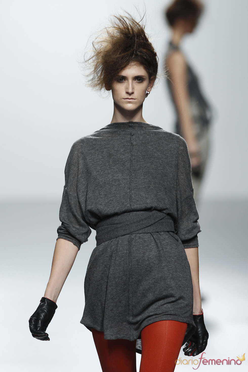 Vestido gris con medias rojas. Sara Coleman. Cibeles Madrid Fashion Week 2011
