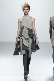 Vestido gris estampado patchwork. Sara Coleman. Cibeles Madrid Fashion Week 2011