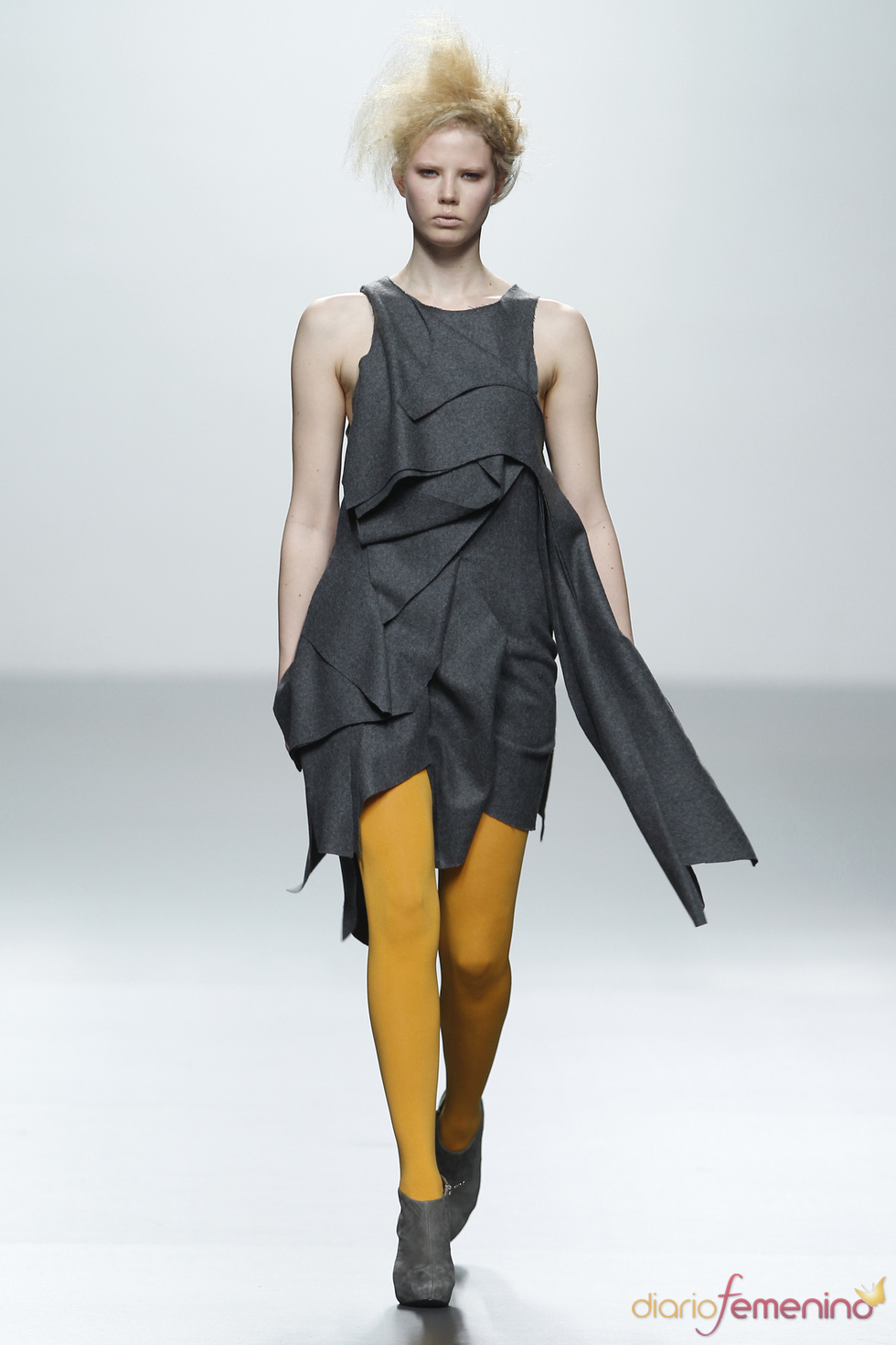 Vestido gris con medias amarillas. Sara Coleman. Cibeles Madrid Fashion Week 2011