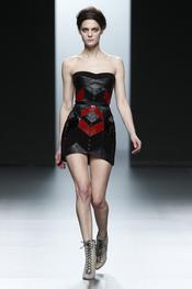 Vestido negro con dibujo rojo. Nicolás Vaudelet. Cibeles Madrid Fashion Week 2011