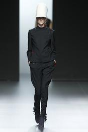 Traje negro con sombrero blanco. Nicolás Vaudelet. Cibeles Madrid Fashion Week 2011
