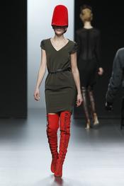 Vestido con medias rojas. Nicolás Vaudelet. Cibeles Madrid Fashion Week 2011