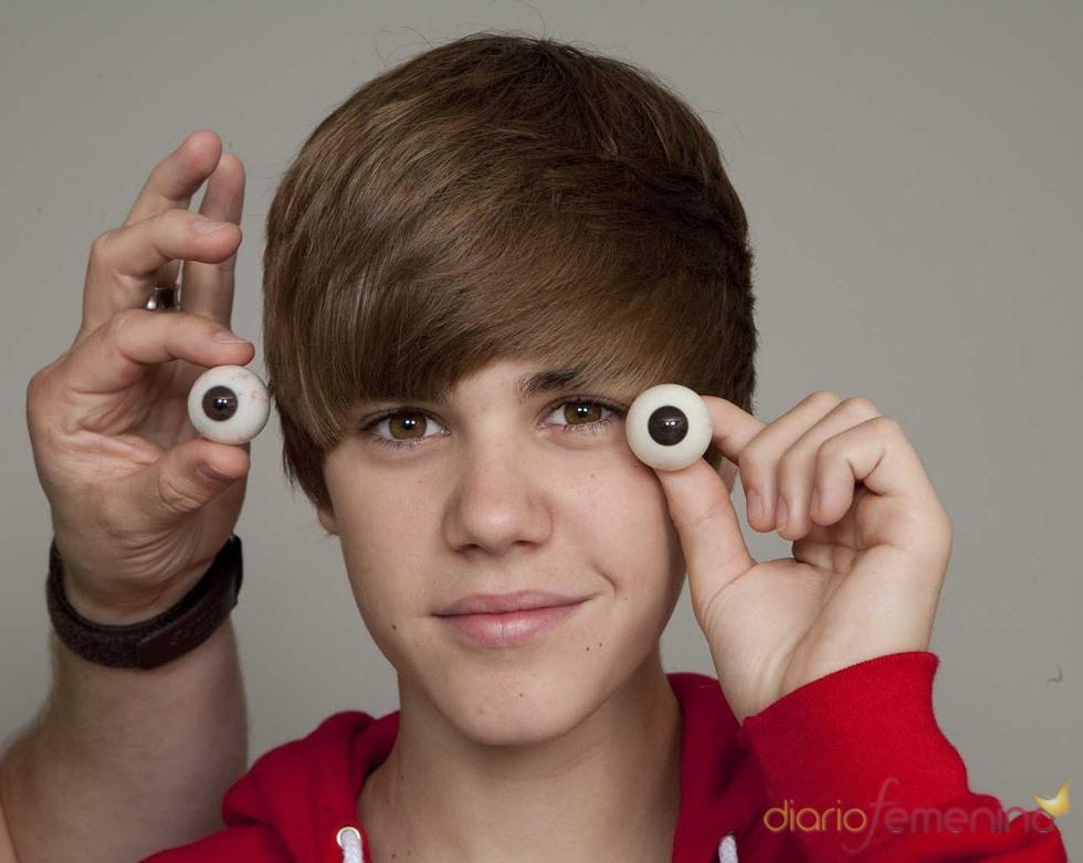 Justin Bieber juega con los ojos de su figura de cera