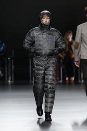 Buzo negro acolchado. Ión Fiz. Cibeles Madrid Fashion Week 2011