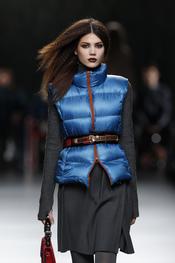 Vestido gris con chaleco azul. Ión Fiz. Cibeles Madrid Fashion Week 2011