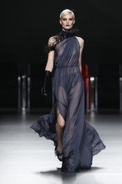 Vestido morado con transparencias. Ión Fiz. Cibeles Madrid Fashion Week 2011