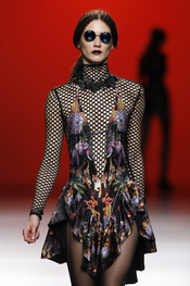 Estampados con aberturas circulares. María Escoté. Cibeles Madrid Fashion Week 2011