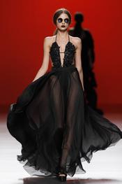 Vestido negro de vuelo. María Escoté. Cibeles Madrid Fashion Week 2011