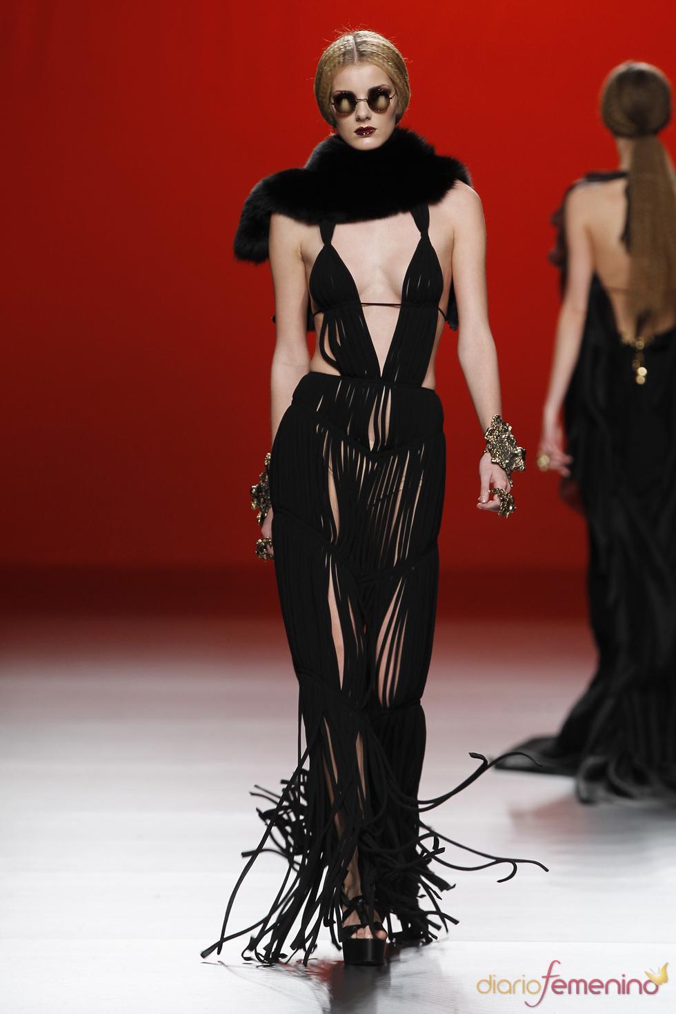 Vestido negro de tiras. María Escoté. Cibeles Madrid Fashion Week 2011