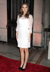 Natalie Portman con elegante vestido blanco