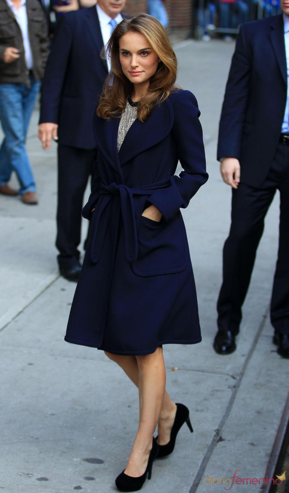 Natalie Portman con precioso abrigo en azul marino