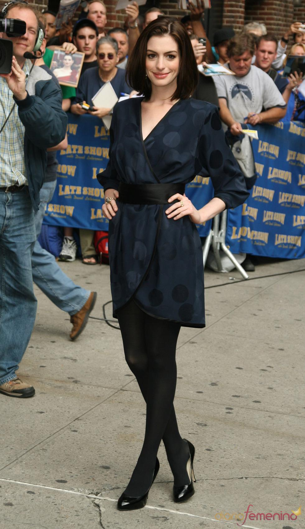 Anne Hathaway combinando azul y negro