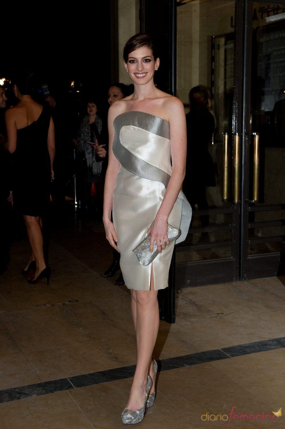 Anne Hathaway en la semana de la moda de París 2010
