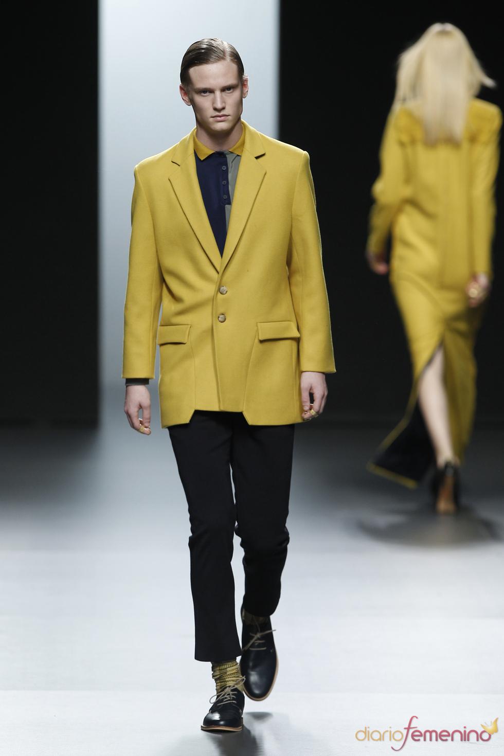Traje masculino amarillo y negro. Martín Lamothe. Cibeles Madrid Fashion Week 2011
