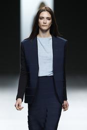 Traje de chaqueta azul marino. Martín Lamothe. Cibeles Madrid Fashion Week 2011