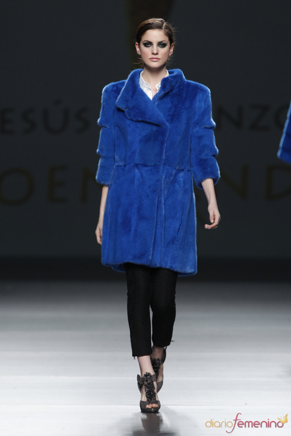 Abrigo azul klein. Desfile de Jesús Lorenzo en Cibeles 2011