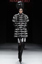 Abrigo negro con tocado. Miguel Marinero. Cibeles Madrid Fashion Week 2011