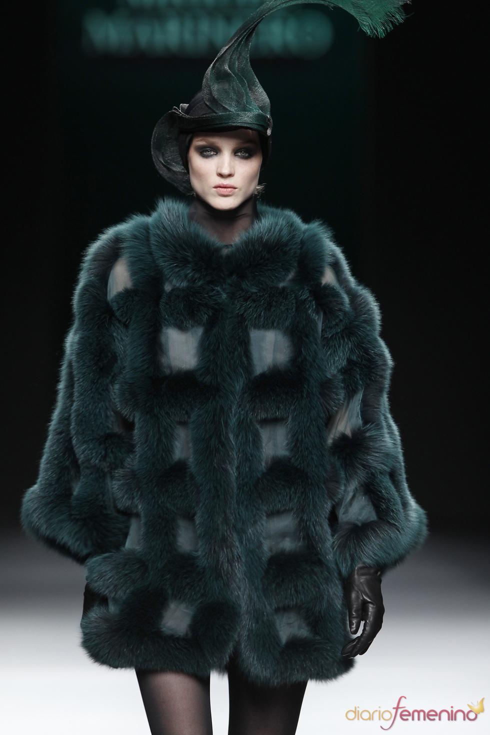 Abrigo verde con tocado. Miguel Marinero. Cibeles Madrid Fashion Week 2011