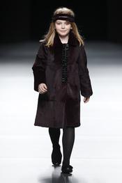 Niña con abrigo marrón. Miguel Marinero. Cibeles Madrid Fashion Week 2011
