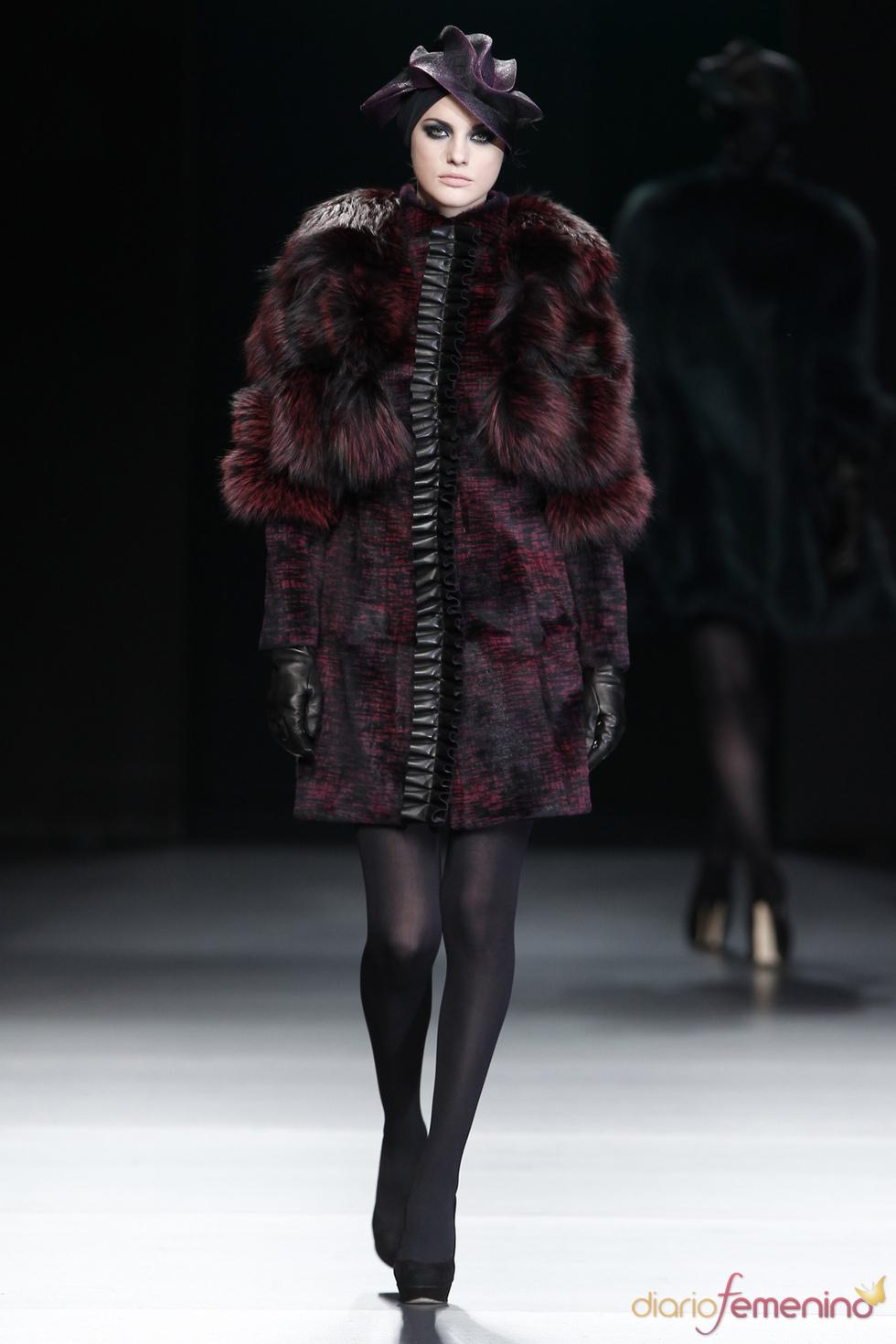 Abrigo granate con tocado. Miguel Marinero. Cibeles Madrid Fashion Week 2011
