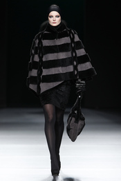 Capa negra. Miguel Marinero. Cibeles Madrid Fashion Week 2011