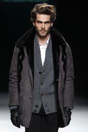 Jon Kortajarena con chaqueta gris. Miguel Marinero. Cibeles Madrid Fashion Week 2011