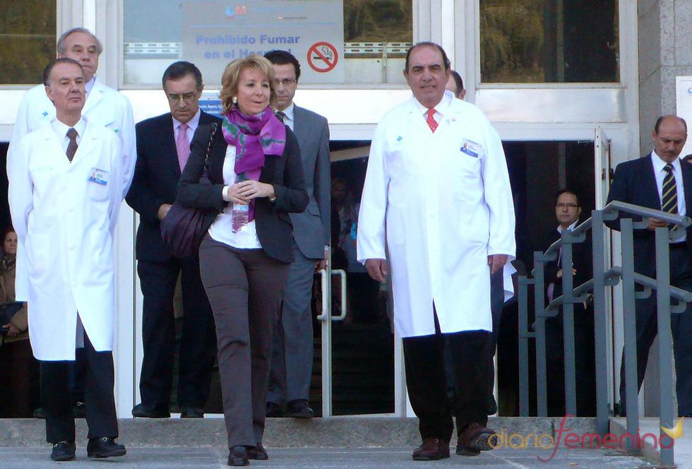Esperanza Aguirre a su salida del hospital donde ha sido operada de cáncer de pecho