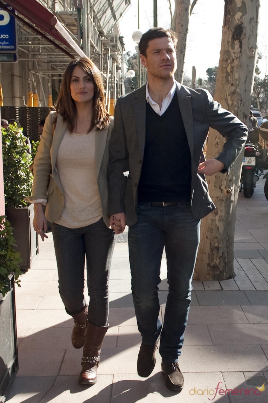 Xabi Alonso y su mujer Nagore Aramburu paseando por Madrid