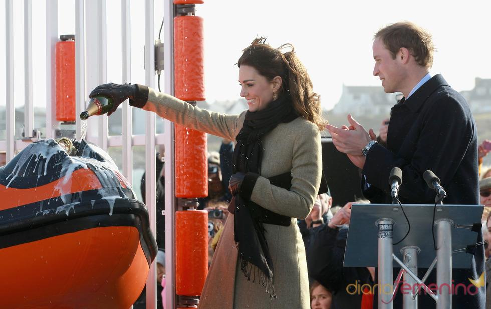 Kate Middleton y el Príncipe Guillermo en la botadura de un barco