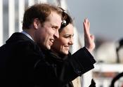 El príncipe Guillermo y Kate Middleton saludan al pueblo