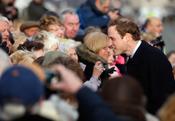 El príncipe Guillermo de Inglaterra saluda al pueblo