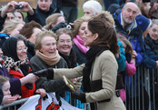 Kate Middleton saluda al pueblo