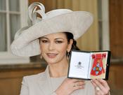 Catherine Zeta-Jones recibe la Orden del Imperio Británico