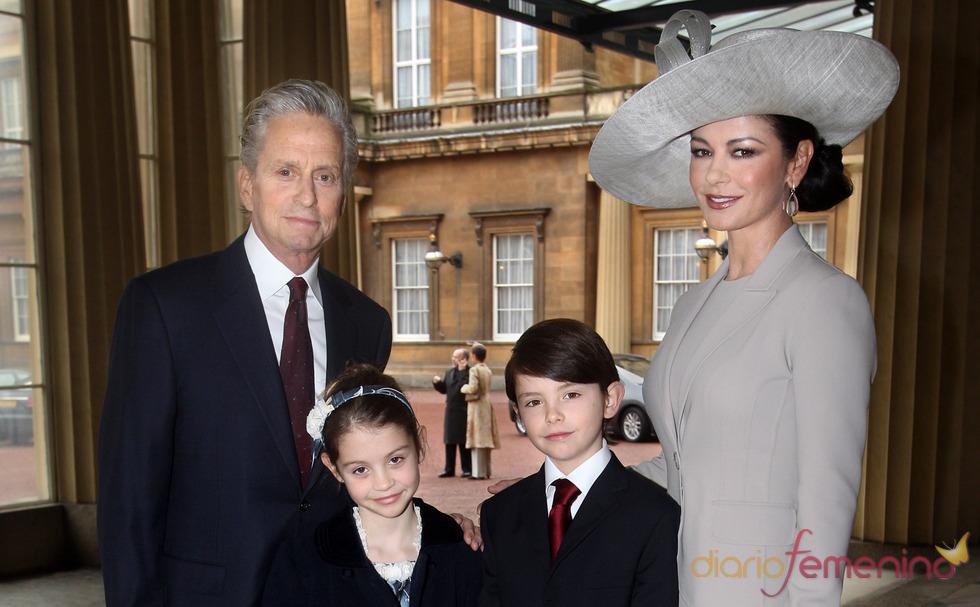 Catherine Zeta-Jones recibe un premio junto a Michael Douglas