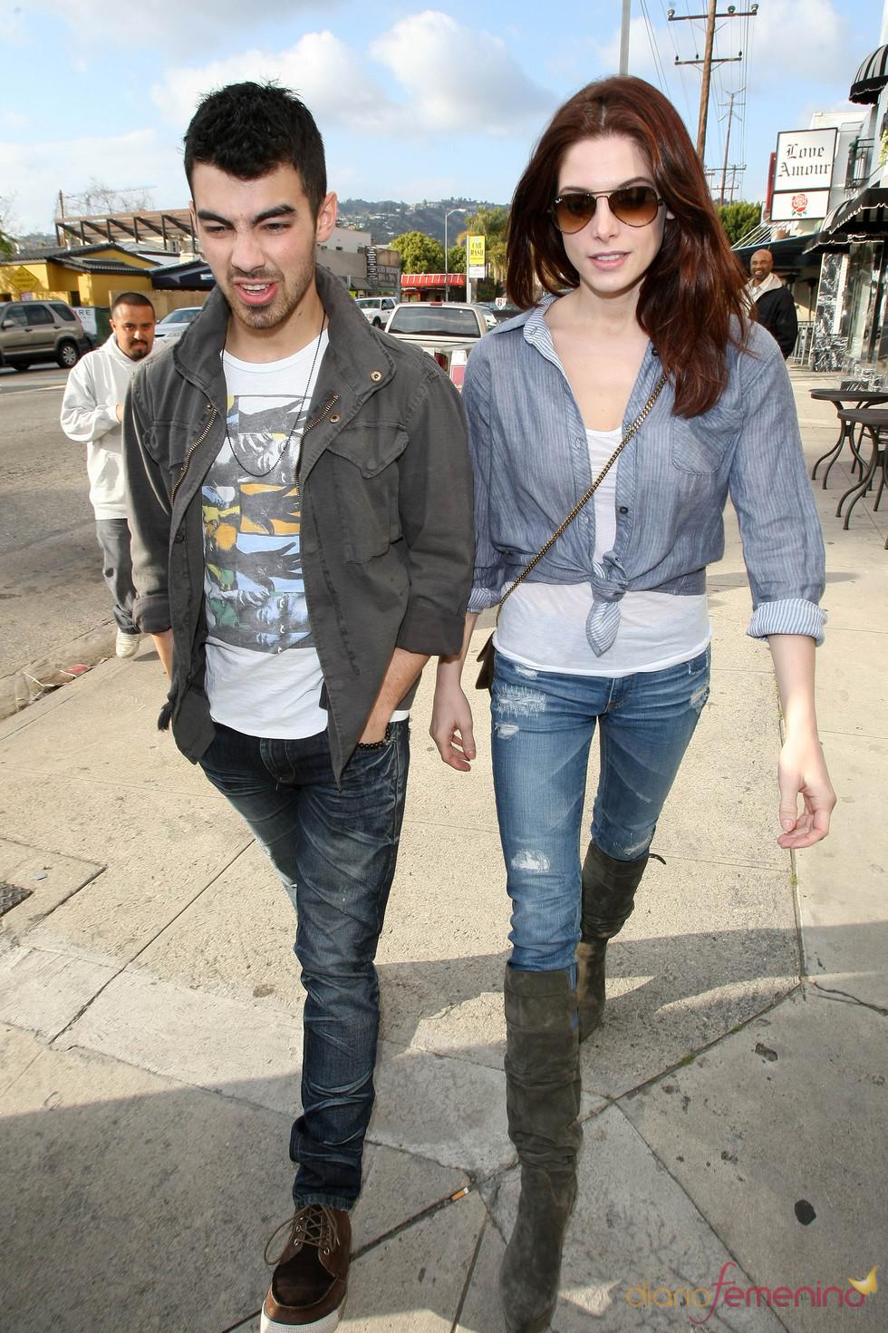 Ashley Greene y Joe Jonas muy acaramelados por Beverly Hills
