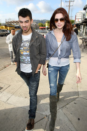 Ashley Greene y Joe Jonas muy acaramelados por Beverly Hills