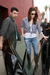 Joe Jonas, todo un caballero con Ashley Greene