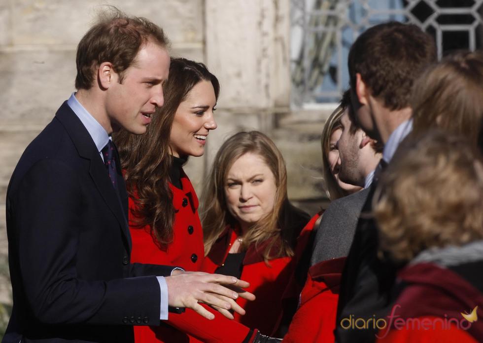 Kate Middleton y el Príncipe Guillermo durante su visita a la Universidad de St Andrews
