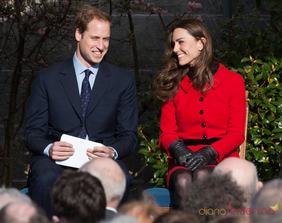 Kate Middleton y el Príncipe Guillermo felices en su visita a la Universidad