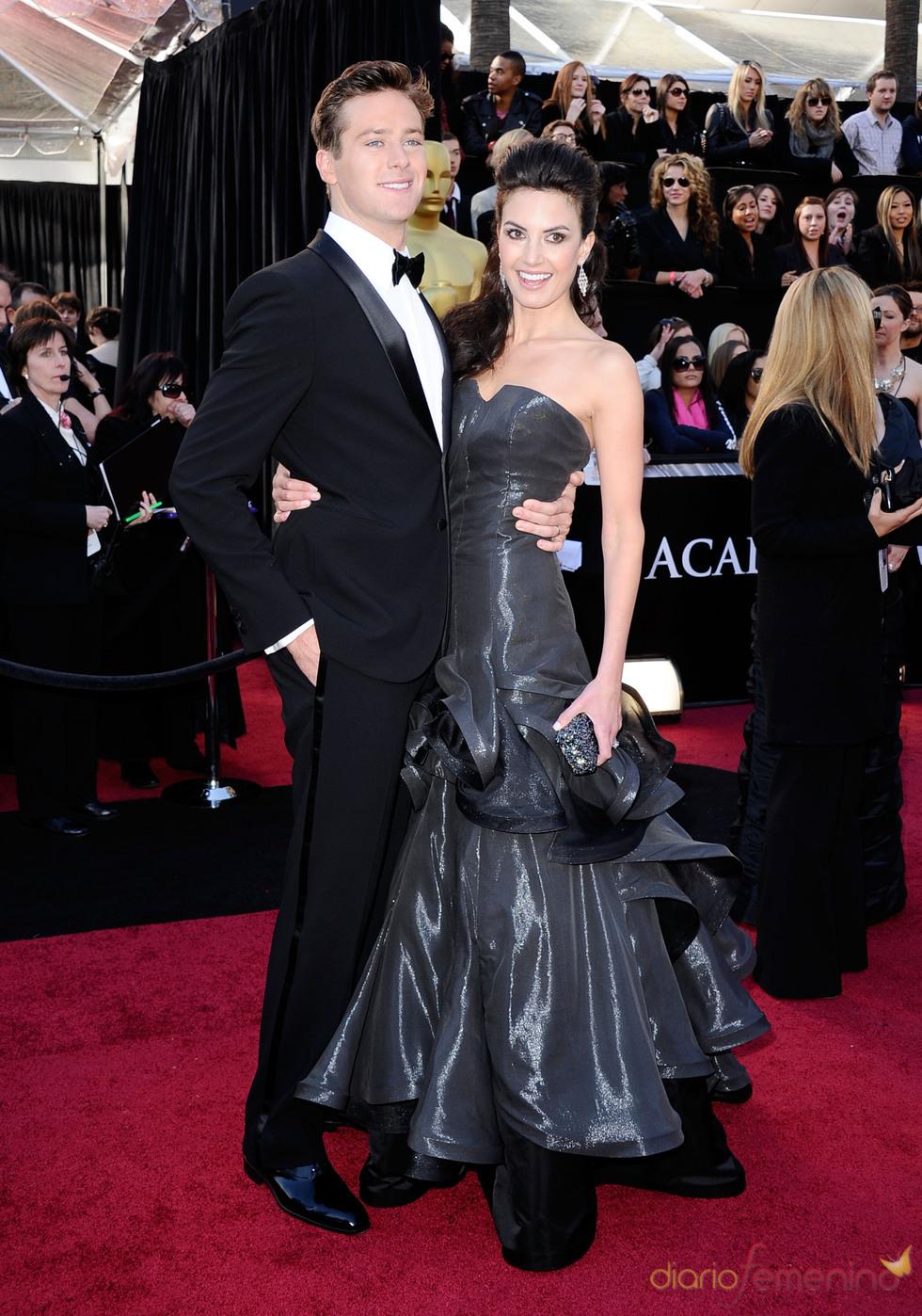 Armie Hammer y Elizabeth Chambers posan en la alfombra de los Oscar 2011