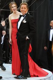 Anne Hathaway y Valentino en la alfombra roja de los Oscars 2011
