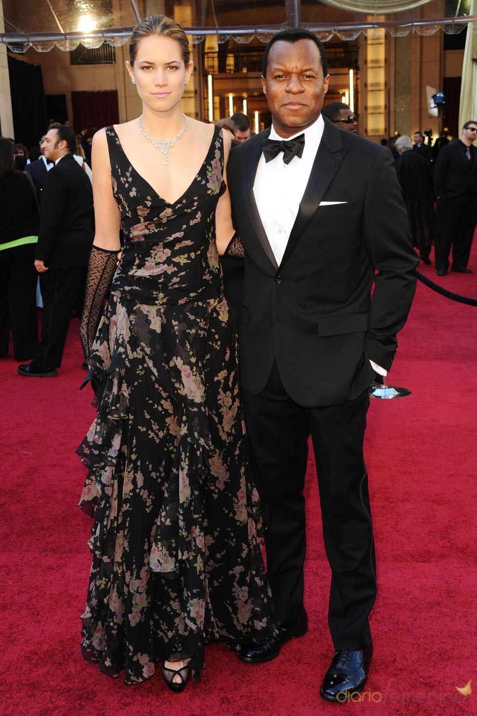 Geoffrey Fletcher y Cody Horn posan en la alfombra roja de los Oscar 2011