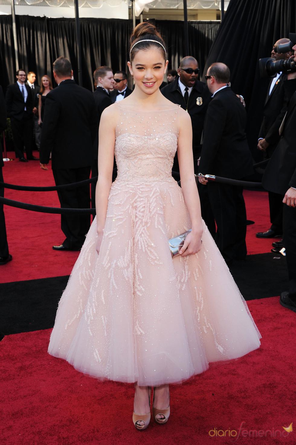 Hailee Steinfeld en la alfombra roja de los Oscar 2011