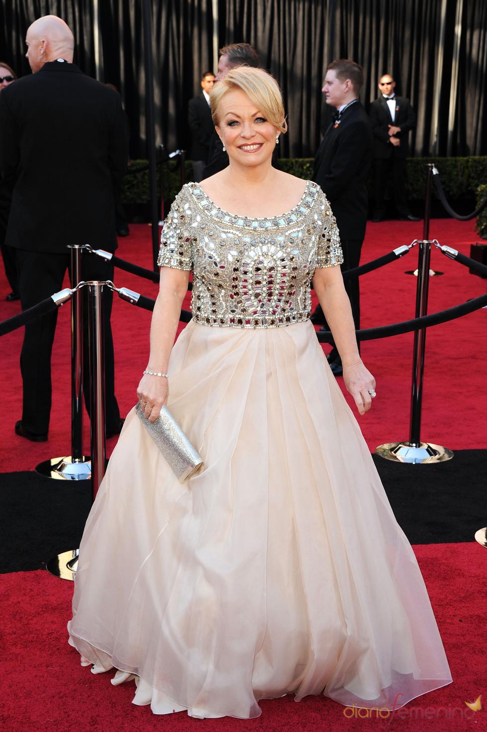 Jacki Weaver posa en la alfombra roja de los Oscar 2011