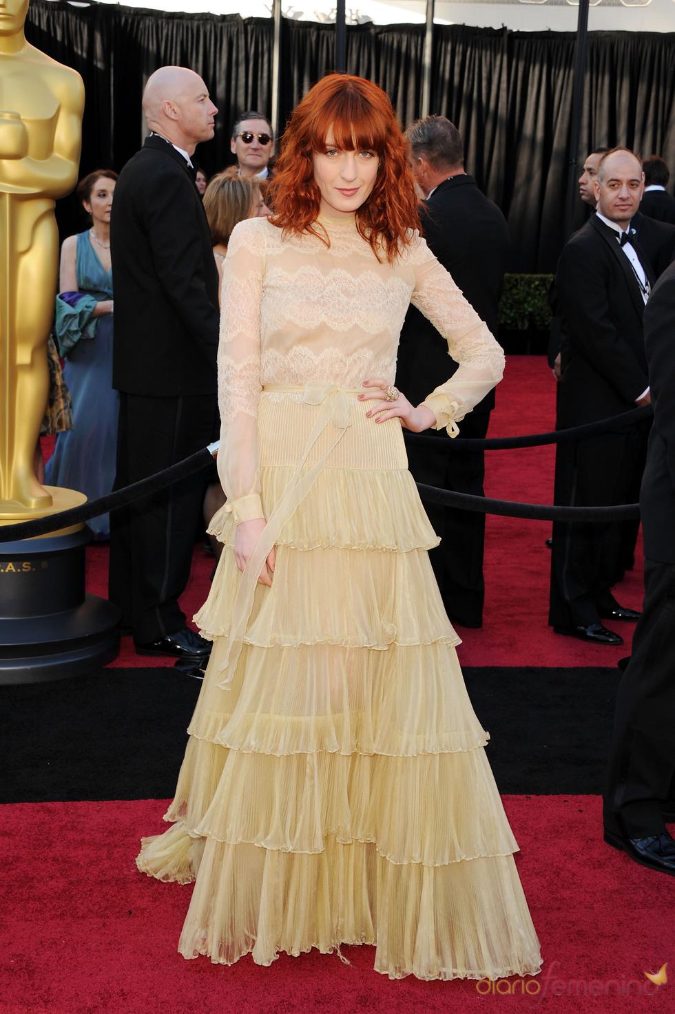 Florence Welch posa en la alfombra roja de los Oscar 2011